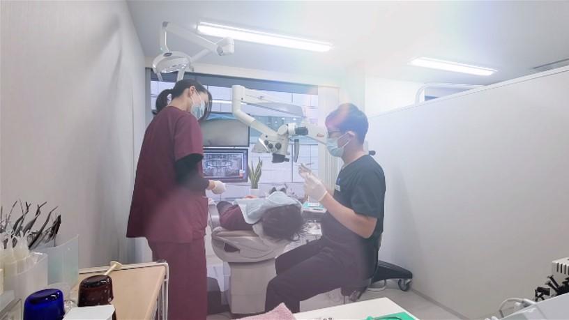 マイクロスコープ根管治療の様子 動画 ラバーダム 樋状根